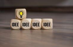Кубы и пикирование с электрической лампочкой и идеей стоковое фото