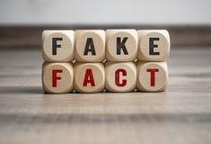 Кубы и Dices поддельный факт столба фальшивки новостей стоковое изображение