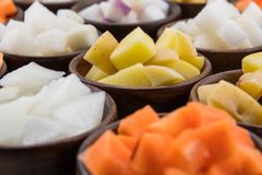 Кубы картошки золота Юкона в массиве овощей корня Стоковое Изображение