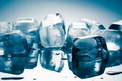 Кубы льда с падениями Стоковые Изображения