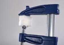 Кубы сахара инструмента кляпа удерживания руки человека хватая в злоупотреблении сахара и концепции диеты наркомании Стоковые Фото