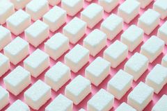 Кубы уточненного белого сахара правильная геометрическая форма на розовой предпосылке Хранитель экрана конспекта Minimalistic Стоковая Фотография