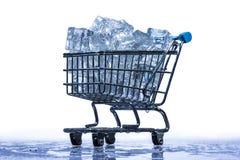 Кубы льда в вагонетке супермаркета Стоковая Фотография RF
