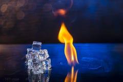 Кубы льда и огня на воде отделывают поверхность на абстрактной предпосылке Стоковое фото RF