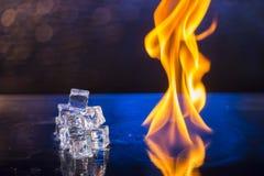 Кубы льда и огня на воде отделывают поверхность на абстрактной предпосылке Стоковая Фотография