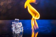 Кубы льда и огня на воде отделывают поверхность на абстрактном backgrou Стоковое фото RF