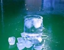 Кубы льда на замороженной поверхности воды Стоковое фото RF