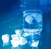 Кубы льда на замороженной поверхности воды Стоковые Фотографии RF