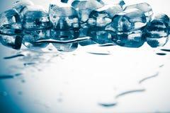 Кубы льда на рефлекторной таблице Стоковые Фотографии RF