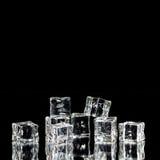 Кубы льда штабелированные с отражениями Стоковое Фото