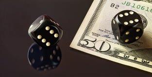 Кубы для покера и части 50 примечаний доллара лежа на th Стоковая Фотография RF