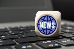 Куб и кость на клавиатуре ноутбука стоковое изображение