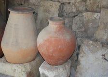 Кувшины глины на предпосылке каменной стены стоковое фото rf