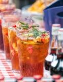 Кувшины коктеиля ` s Pimm, внешний бар лета Стоковое Изображение RF