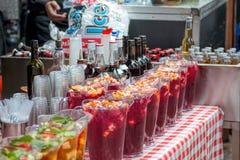 Кувшины коктеиля ` s Pimm, внешний бар лета Стоковые Фотографии RF