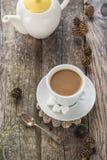 Кувшин белизны коричневых сосен деревянной доски черноты кофейной чашки Стоковые Изображения RF