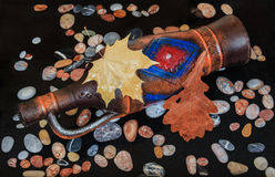 Кувшин вина лежа в воде с листьями и камнями стоковое изображение rf