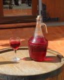 Кувшин вина на бочонке Стоковая Фотография