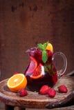 Кувшин вина Sangrija на деревянном столе с апельсином и s Стоковое Изображение