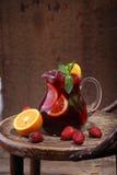 Кувшин вина Sangrija на деревянном столе с апельсином и s Стоковые Фото