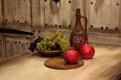 Кувшин глины для вина и плодоовощ Стоковая Фотография RF