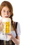Кувшин девушки Oktoberfest выпивая пива Стоковая Фотография
