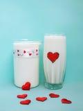 Кувшин и стекло молока на голубой предпосылке, концепции молока Стоковое фото RF