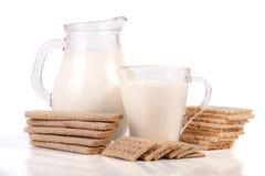 Кувшин и стекло молока при crispbreads зерна изолированные на белой предпосылке Стоковое Фото