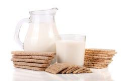 Кувшин и стекло молока при crispbreads зерна изолированные на белой предпосылке Стоковая Фотография RF