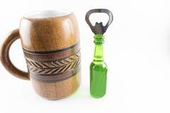 Кувшин консервооткрывателя пива и бутылки Стоковое Изображение
