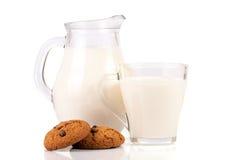 Кувшин молока при печенья овсяной каши изолированные на белой предпосылке Стоковое Изображение