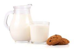Кувшин молока при печенья овсяной каши изолированные на белой предпосылке Стоковое Фото