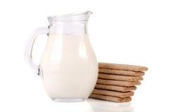Кувшин молока при crispbreads зерна изолированные на белой предпосылке Стоковое Изображение RF