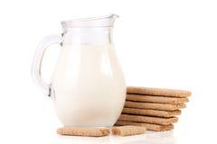 Кувшин молока с стогом crispbreads зерна изолированных на белой предпосылке Стоковые Изображения RF