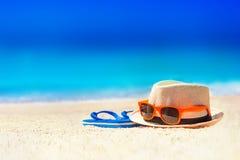 Кувырки, шляпа пляжа, стекла солнца на песке каникула территории лета katya krasnodar Стоковое Фото