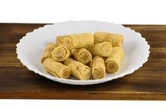 Кудрявая вафля свертывает на белой предпосылке Свернутые венские waffles на белой плите Вафля свертывает в белой плите Стоковое фото RF