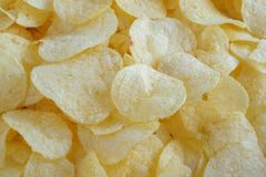 Кудрявая предпосылка текстуры закуски картофельных стружек стоковая фотография rf