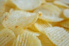 Кудрявая предпосылка текстуры закуски картофельных стружек стоковые фотографии rf
