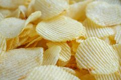 Кудрявая предпосылка текстуры закуски картофельных стружек стоковое фото rf