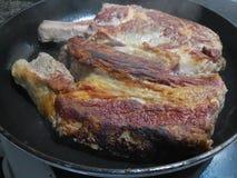 Кудрявое горячее carvery говядины в черном лотке стоковые фотографии rf