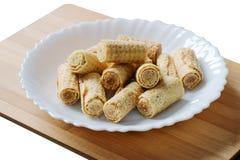 Кудрявые крены вафли изолированные на белой предпосылке Свернутые венские waffles на белой плите Вафля свертывает в белой плите Стоковое Изображение RF