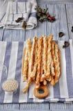 Кудрявые плюшки хлеба с семенами сезама на разделочной доске хлеба Стоковые Фото