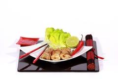 Кудрявые springrolls на тарелке с салатом Стоковая Фотография RF
