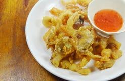 Кудрявый бэттер-зажаренный гриб устрицы при мука окуная сладостный соус chili Стоковое Изображение RF