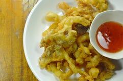Кудрявый бэттер-зажаренный гриб устрицы при мука окуная сладостный соус chili Стоковые Изображения