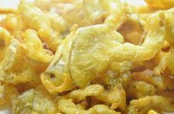 Кудрявый бэттер-зажаренный гриб устрицы с мукой на белой плите Стоковое Изображение