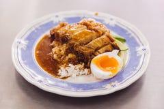Кудрявый живот свинины при рис лить с подливкой служил с половиной вареного яйца Стоковое Изображение