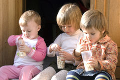 кузены есть попкорн Стоковое Фото