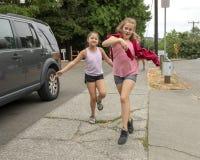 Кузены имея потеху приходя вниз улица в Сиэтл, Вашингтоне стоковые фотографии rf