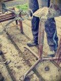 Кузнец используя терпуг, нож копыта и копыто отрезал острозубцы стоковые изображения rf